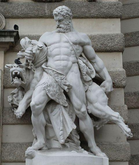 ヘラクレスとケルベロス(ミヒャエル門)